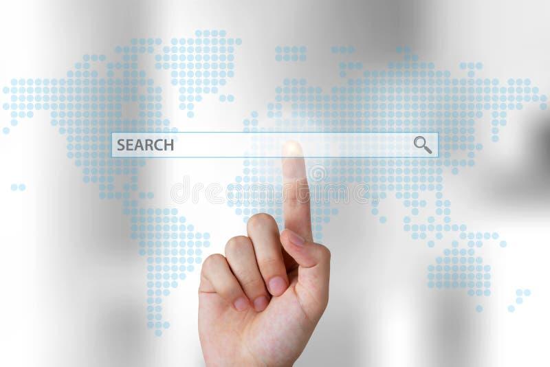 Ωθώντας φραγμός αναζήτησης χεριών επιχειρησιακών προσώπων στην οθόνη αφής στοκ φωτογραφία με δικαίωμα ελεύθερης χρήσης