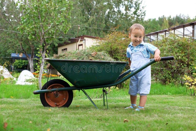 ωθώντας wheelbarrow κήπων αγορακιών στοκ φωτογραφία με δικαίωμα ελεύθερης χρήσης