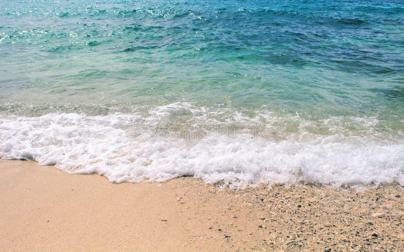Ωκεάνειο κύμα πέρα από την άσπρη παραλία άμμου Θαλάσσια σκηνή με την παραλία άμμου και το κύμα θάλασσας στοκ φωτογραφία με δικαίωμα ελεύθερης χρήσης