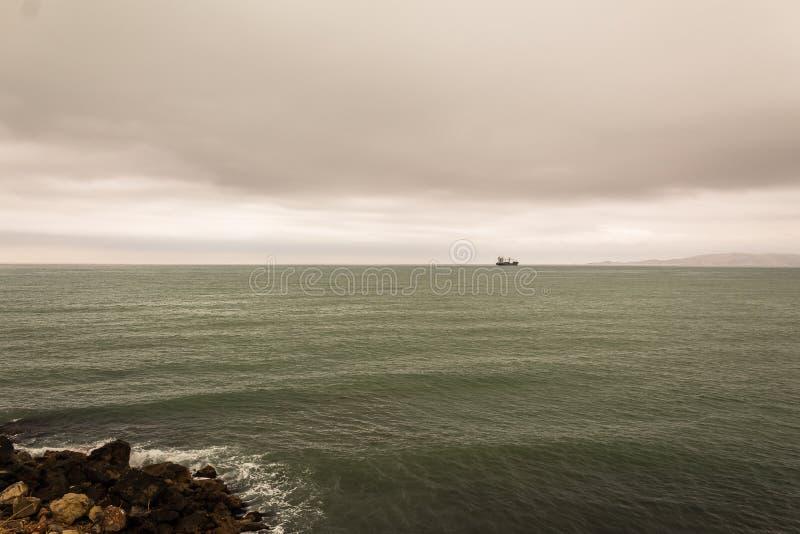 Ωκεάνια άποψη και σκοτεινή νεφελώδης ημέρα σκαφών βυτιοφόρων στοκ εικόνες