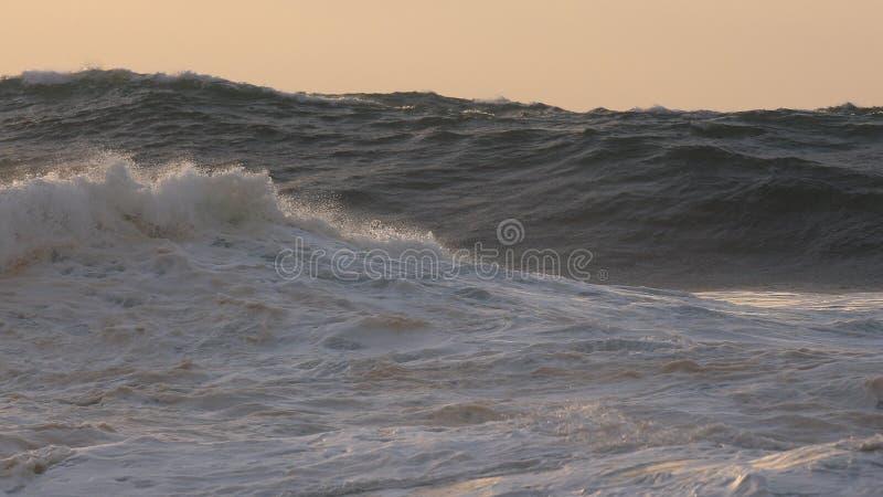 Ωκεάνια κύματα, ηλιοβασίλεμα στοκ φωτογραφία