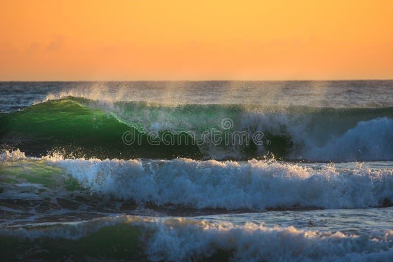 Ωκεάνια κύματα στην ανατολή στοκ φωτογραφία με δικαίωμα ελεύθερης χρήσης
