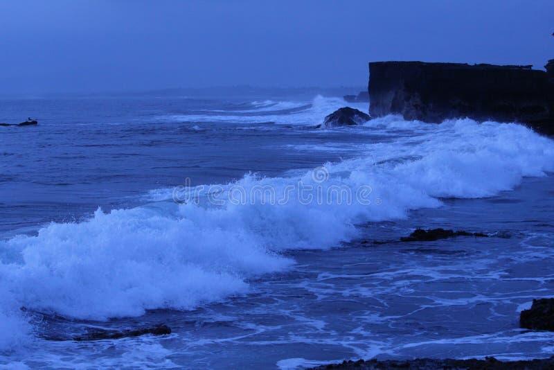 Ωκεάνια κύματα στο ηλιοβασίλεμα στοκ εικόνα