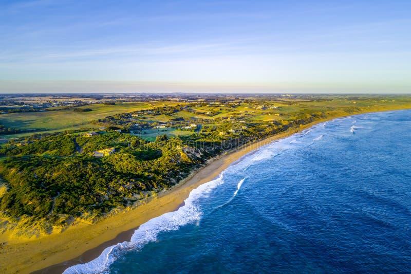 Ωκεάνιες ακτή και επαρχία στο sunse στοκ φωτογραφία