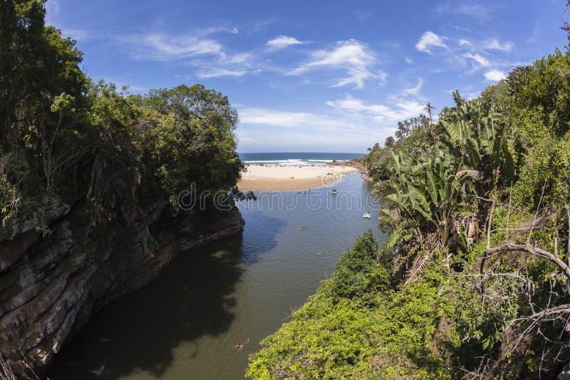 Ωκεάνιες διακοπές απότομων βράχων λιμνοθαλασσών ποταμών στοκ εικόνες