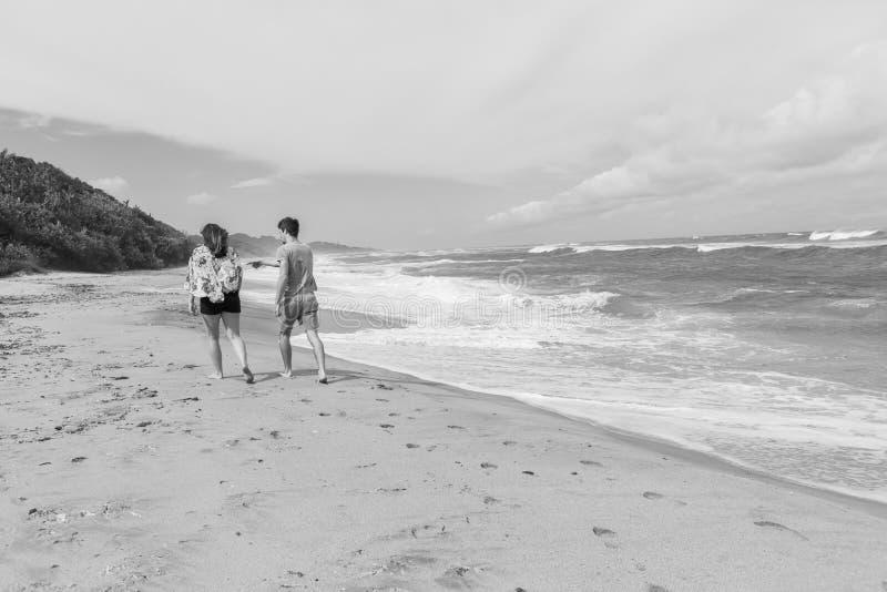 Ωκεάνιος τρύγος παραλιών περπατήματος αγοριών κοριτσιών στοκ φωτογραφία με δικαίωμα ελεύθερης χρήσης