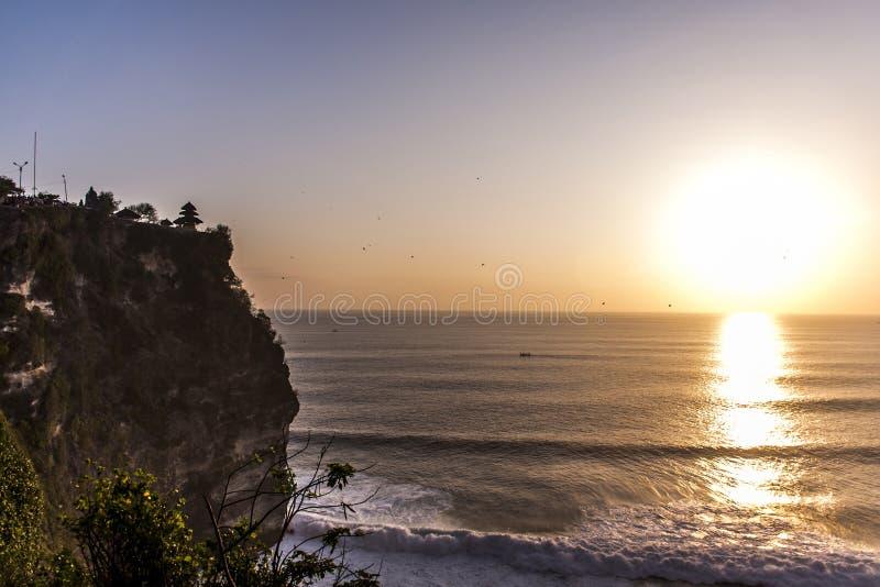 Ωκεάνιο ηλιοβασίλεμα ακτών ναών του Μπαλί ιερό Uluwatu στοκ εικόνα με δικαίωμα ελεύθερης χρήσης