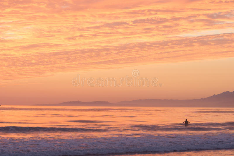 Ωκεάνιο ηλιοβασίλεμα κολυμβητών στοκ εικόνες