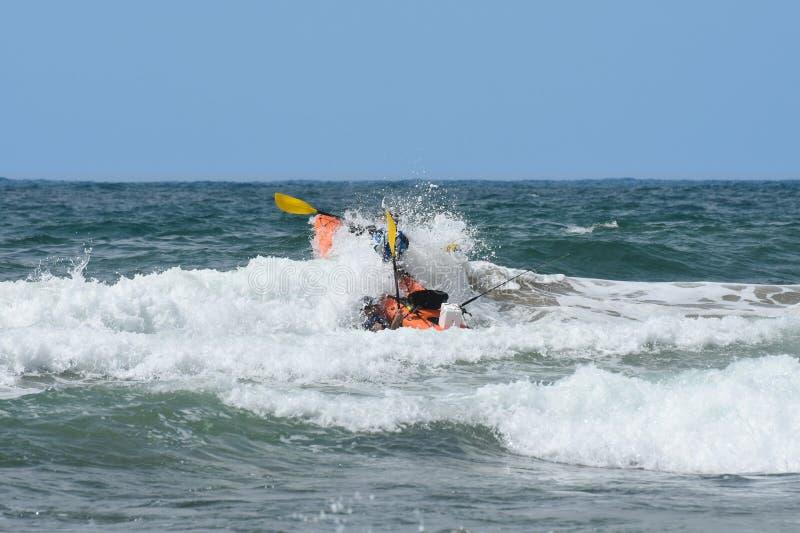 Ωκεάνιο καγιάκ που συντρίβει μέσω των κυμάτων στοκ φωτογραφία με δικαίωμα ελεύθερης χρήσης