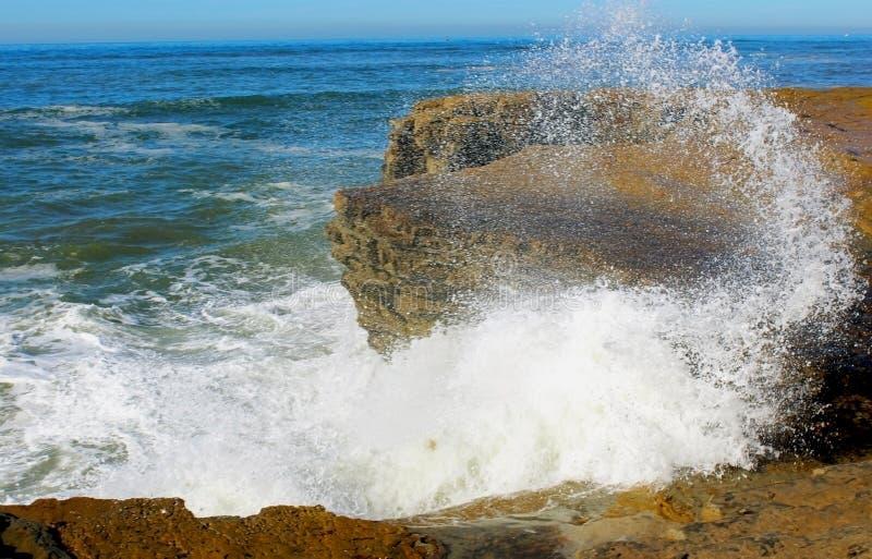 Ωκεάνιο κύμα που χτυπά το τοπίο τραπεζών βράχου, Point Loma στοκ φωτογραφία