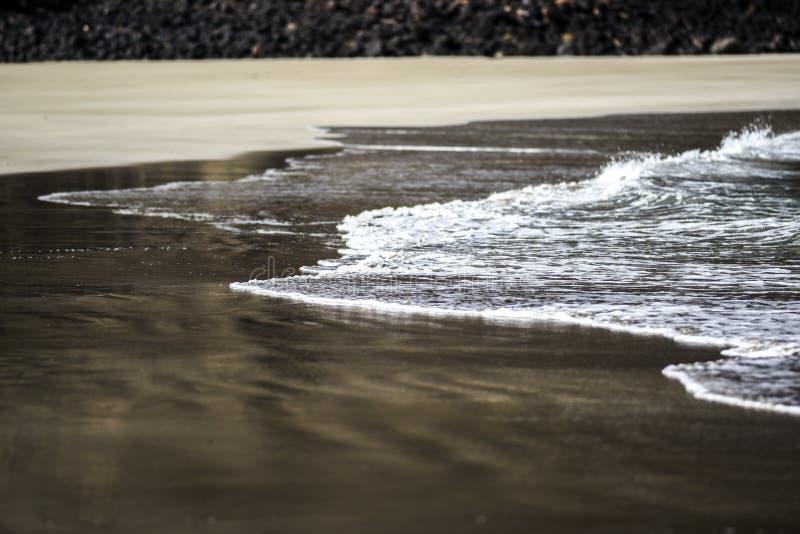 Ωκεάνιο κύμα στη σαφή άμμο, Κανάρια νησιά, Lanzarote στοκ εικόνα