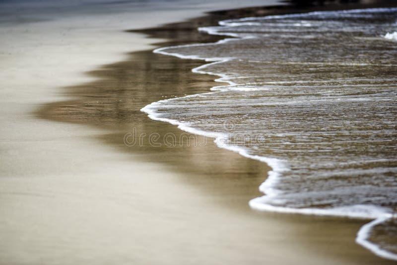 Ωκεάνιο κύμα στη σαφή άμμο, Κανάρια νησιά, Lanzarote στοκ εικόνες