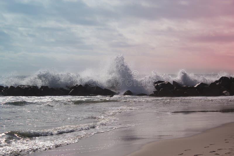 ωκεάνιο κύμα στο Ειρηνικό Ωκεανό ωκεάνια θυελλώδη κύματα στοκ φωτογραφίες