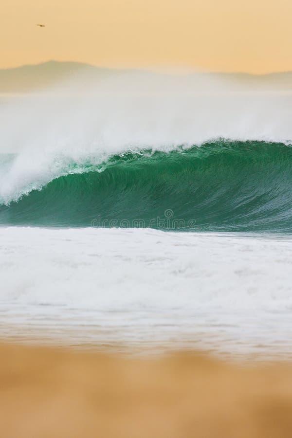 Ωκεάνιο κύμα στο ηλιοβασίλεμα στοκ εικόνες με δικαίωμα ελεύθερης χρήσης