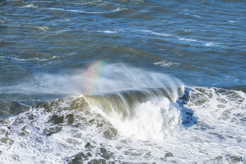 Ωκεάνιο μεγάλο κύμα με το ουράνιο τόξο στοκ εικόνες με δικαίωμα ελεύθερης χρήσης