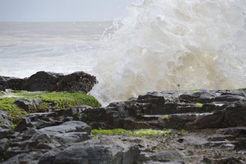 Ωκεάνιο σπάσιμο στους βράχους στοκ φωτογραφία