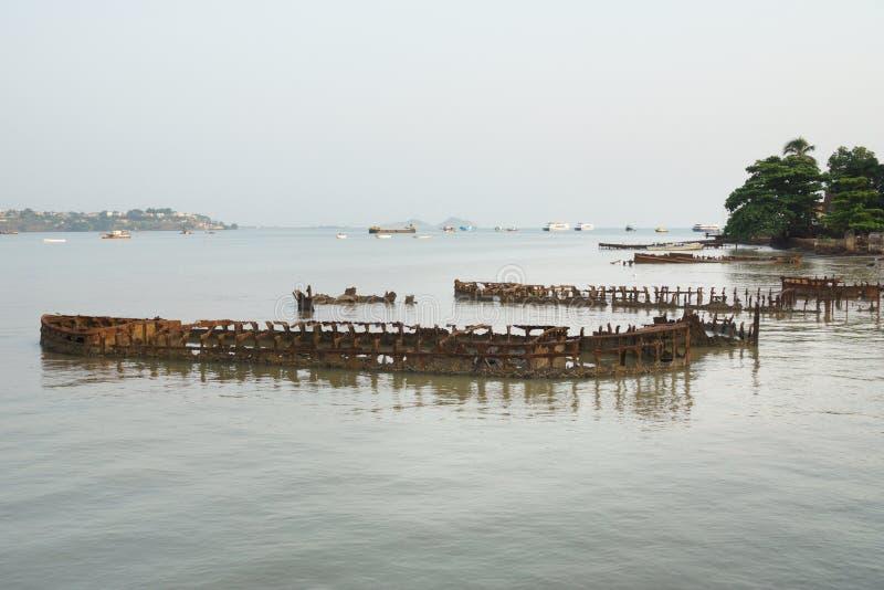 Ωκεάνιο σύνολο ακτών με τα συντρίμμια στοκ φωτογραφία με δικαίωμα ελεύθερης χρήσης