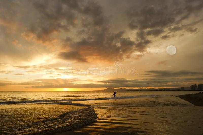 Ωκεάνιο φεγγάρι κοριτσιών ηλιοβασιλέματος στοκ εικόνες
