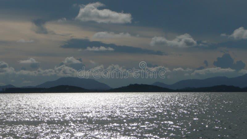 Ωκεανός, βουνά και σύννεφα στοκ εικόνες