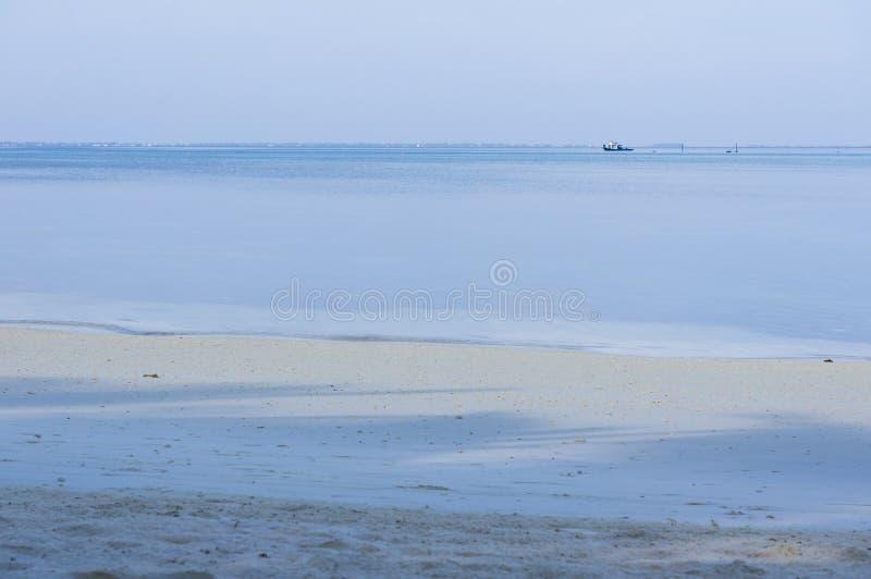 Ωκεανός και παραλία στα ξημερώματα στις Μαλδίβες στοκ εικόνες