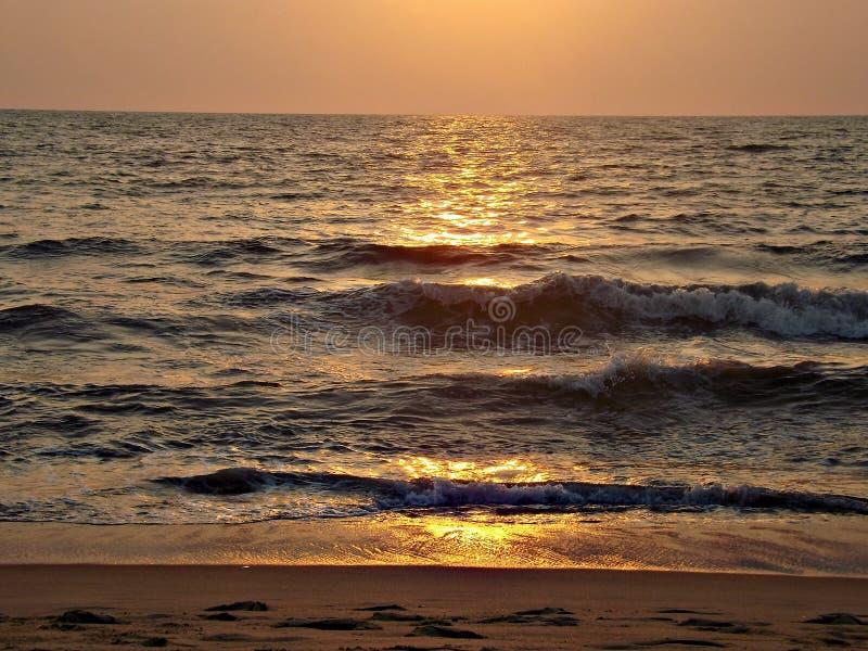 Ωκεανός, ορίζοντας, φρεσκάδα, αέρας, αέρας, χρυσός, ηλιοβασίλεμα, κύματα, άμμος, αφρός, ουρανός στοκ φωτογραφία με δικαίωμα ελεύθερης χρήσης