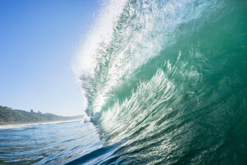 Ωκεανός που κολυμπά μέσα στο κοίλο κύμα στοκ φωτογραφία