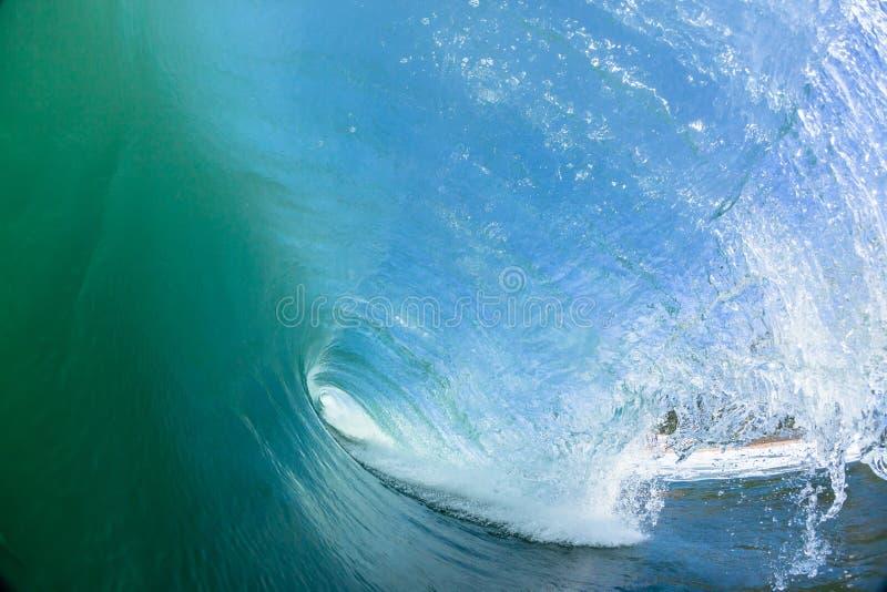 Ωκεανός που κολυμπά μέσα στο κοίλο κύμα στοκ φωτογραφίες με δικαίωμα ελεύθερης χρήσης