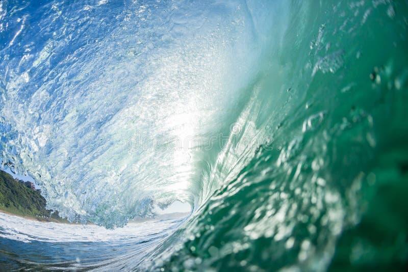 Ωκεανός που κολυμπά μέσα στο κοίλο κύμα στοκ εικόνα με δικαίωμα ελεύθερης χρήσης