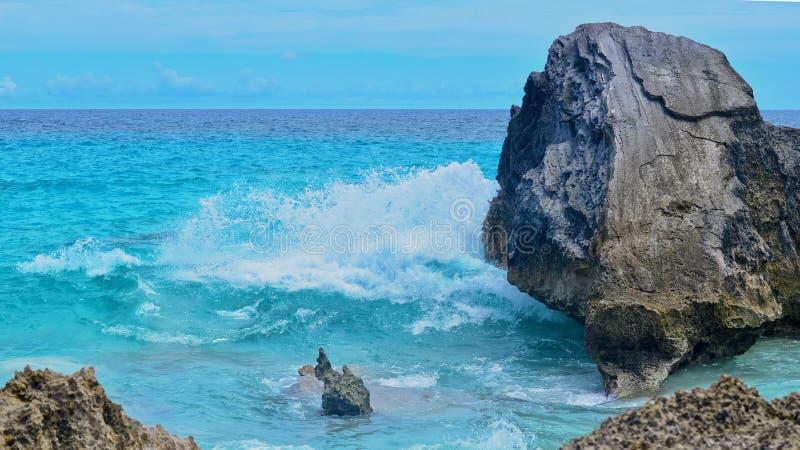 Ωκεανός που συντρίβει στους βράχους στοκ εικόνα με δικαίωμα ελεύθερης χρήσης