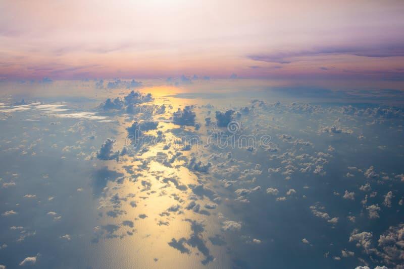 Ωκεανός στο ηλιοβασίλεμα ή την ανατολή, άποψη από το παράθυρο αεροπλάνων στοκ εικόνες