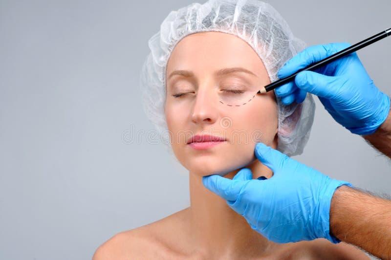ωριμάστε πέρα από τη λευκή γυναίκα πλαστικής χειρουργικής Γραμμές διατρήσεων σχεδίων γιατρών στο πρόσωπο γυναικών ` s στοκ φωτογραφίες με δικαίωμα ελεύθερης χρήσης