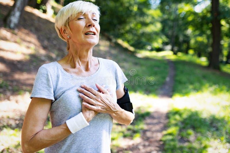 Ωριμάστε την άσκηση γυναικών για να αποτρέψετε υπαίθρια τις καρδιαγγειακές ασθένειες και την επίθεση καρδιών στοκ φωτογραφία με δικαίωμα ελεύθερης χρήσης