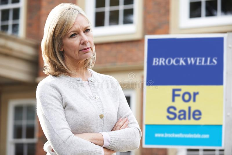 Ωριμάστε τη γυναίκα που αναγκάζεται να πωλήσει το σπίτι μέσω των οικονομικών προβλημάτων στοκ φωτογραφία με δικαίωμα ελεύθερης χρήσης
