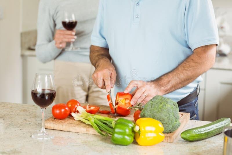 Ωριμάστε το ζεύγος που έχει το κόκκινο κρασί κάνοντας το γεύμα στοκ εικόνες με δικαίωμα ελεύθερης χρήσης
