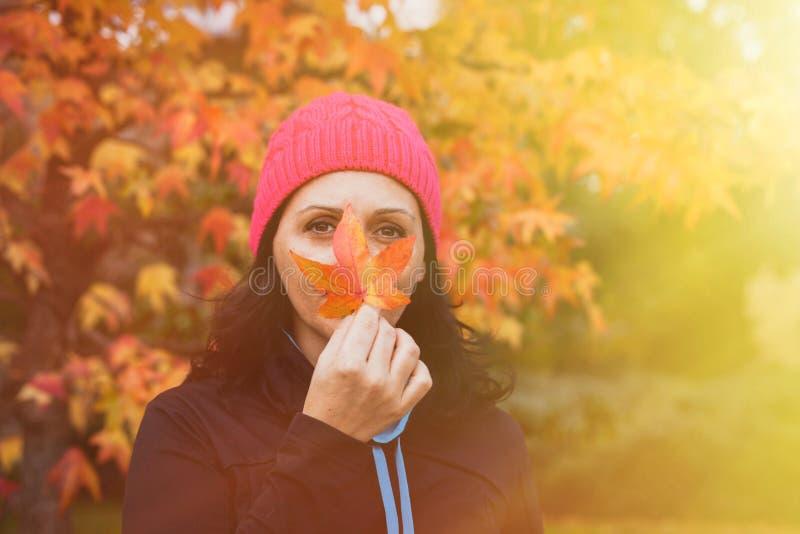 Ωριμασμένη γυναίκα στο δάσος στοκ φωτογραφία με δικαίωμα ελεύθερης χρήσης