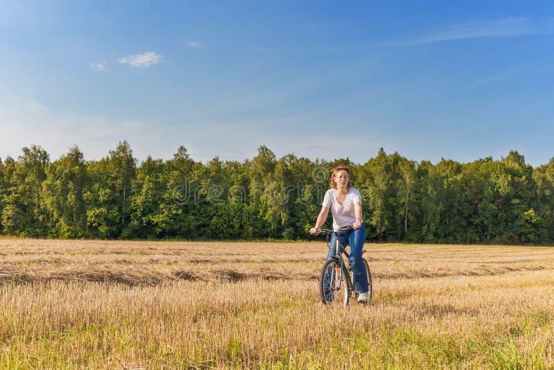 Ωριμασμένη γυναίκα στο biycle στοκ εικόνες