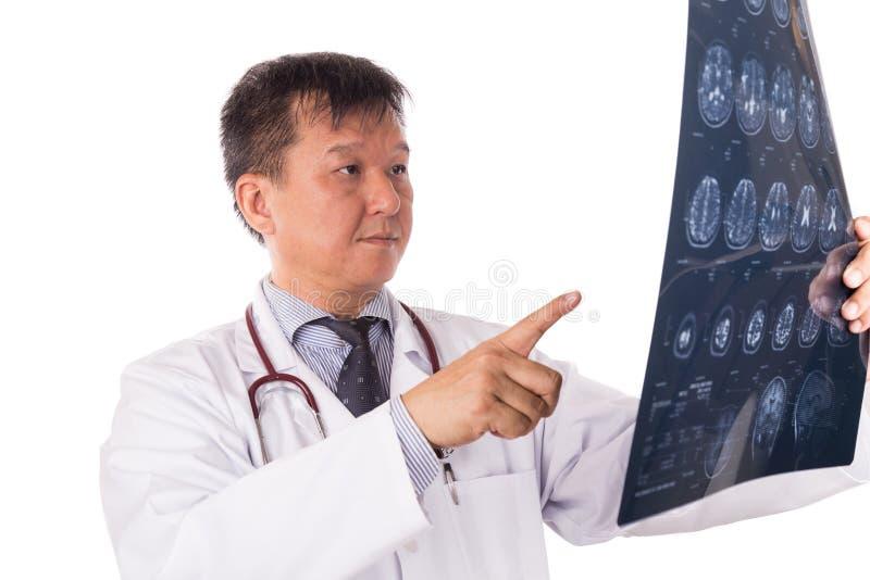 Ωριμασμένος ασιατικός ιατρός νευρολογίας που εξετάζει τις επικεφαλής εικόνες MRI στοκ εικόνα