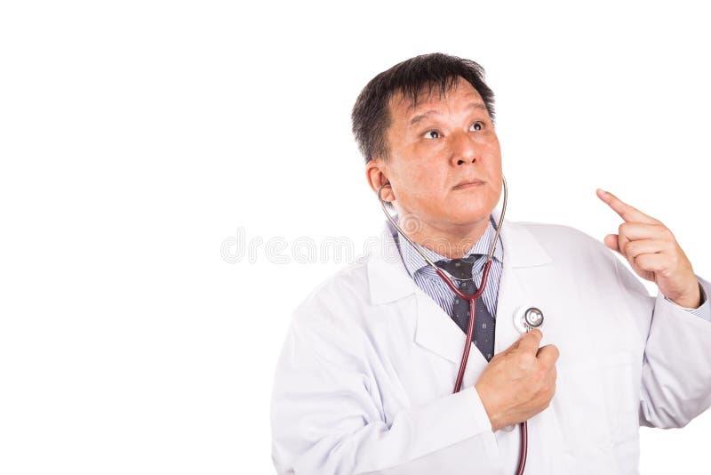 Ωριμασμένος ασιατικός ιατρός που ακούει για να είναι κύριος του κτύπου της καρδιάς που χρησιμοποιεί το ST στοκ εικόνα
