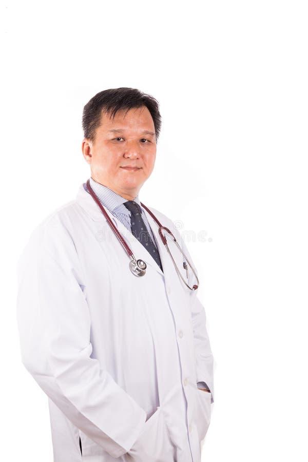 Ωριμασμένος, βέβαιος ασιατικός αρσενικός ιατρός με το stetescope, wh στοκ φωτογραφία με δικαίωμα ελεύθερης χρήσης
