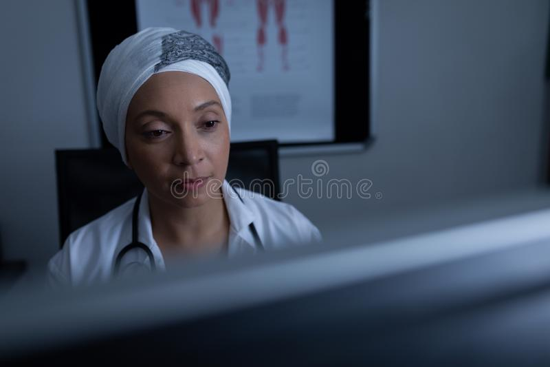 Ωριμασμένος θηλυκός γιατρός που εργάζεται στον υπολογιστή στην κλινική στο νοσοκομείο στοκ φωτογραφίες