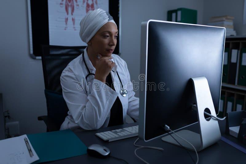 Ωριμασμένος θηλυκός γιατρός που εργάζεται στον υπολογιστή στην κλινική στο νοσοκομείο στοκ φωτογραφία με δικαίωμα ελεύθερης χρήσης