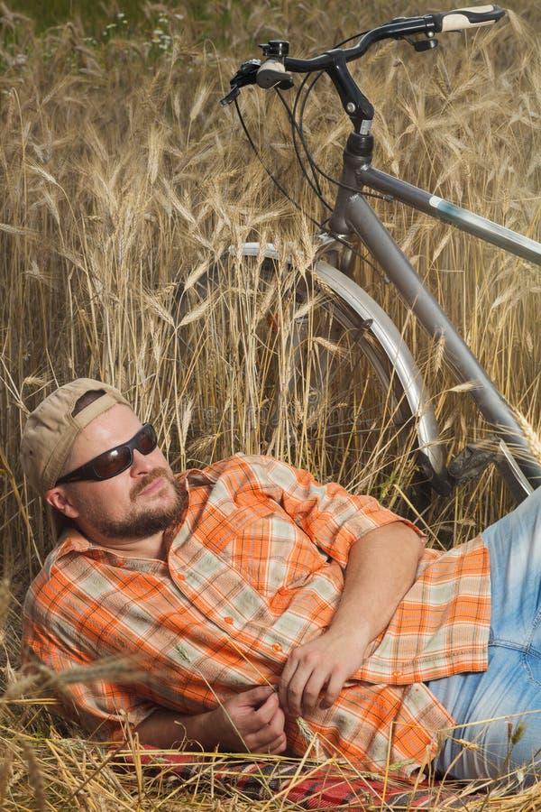 Ωριμασμένος ταξιδιώτης στην ΚΑΠ και γυαλιά ηλίου που έχουν ένα RES στοκ εικόνα με δικαίωμα ελεύθερης χρήσης