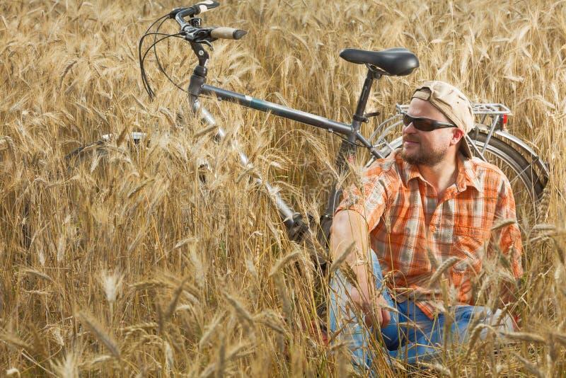 Ωριμασμένος ταξιδιώτης στην ΚΑΠ και γυαλιά ηλίου που έχουν ένα RES στοκ εικόνες