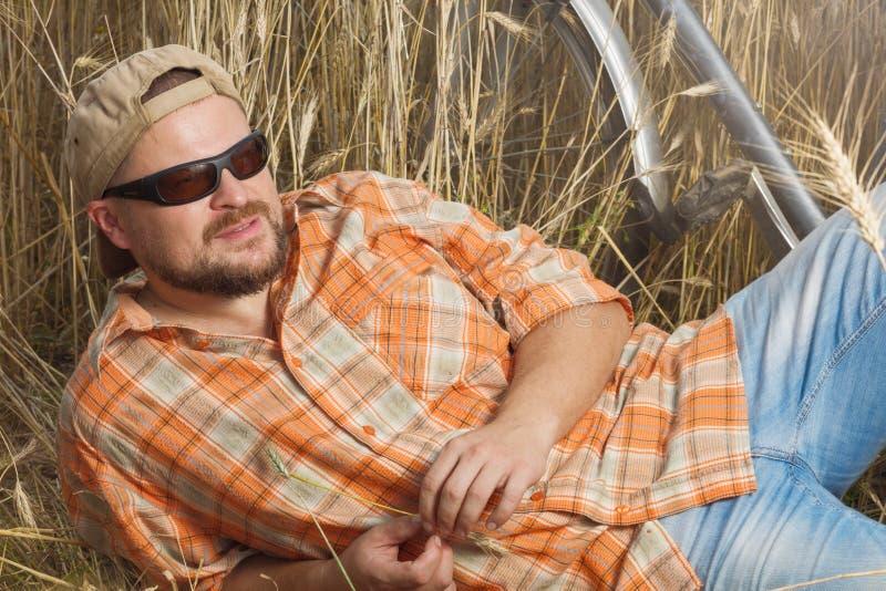 Ωριμασμένος ταξιδιώτης στην ΚΑΠ και γυαλιά ηλίου που έχουν ένα RES στοκ εικόνες με δικαίωμα ελεύθερης χρήσης