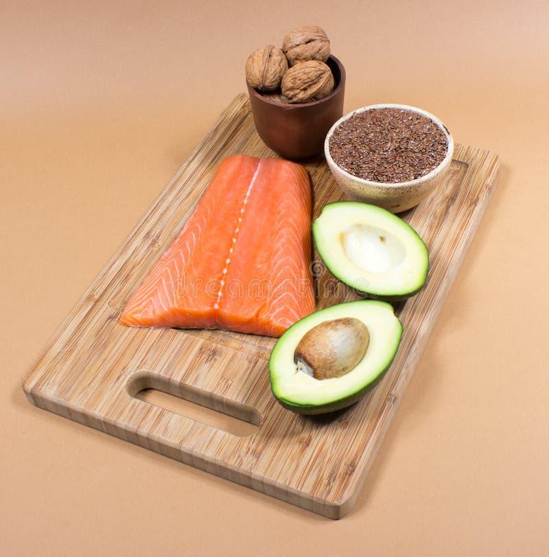 Ω的来源3脂肪酸:亚麻、鲕梨、三文鱼和核桃 图库摄影