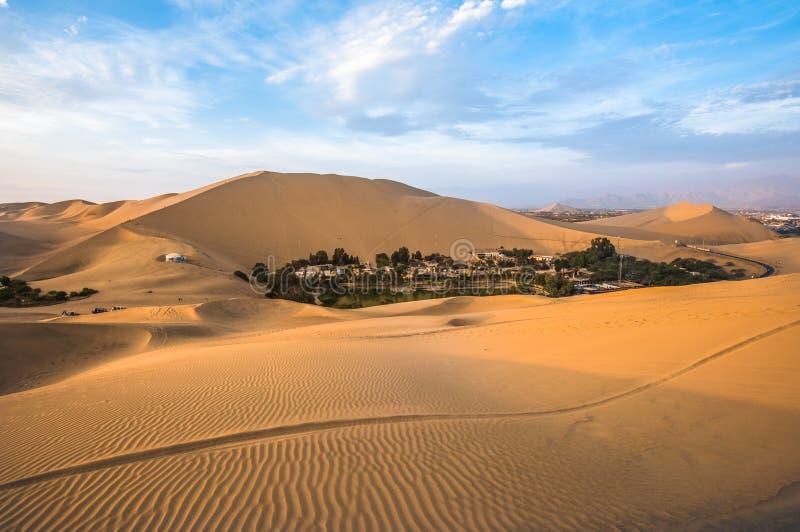 Όαση Hucachina στους αμμόλοφους άμμου κοντά Ica, Περού στοκ εικόνες