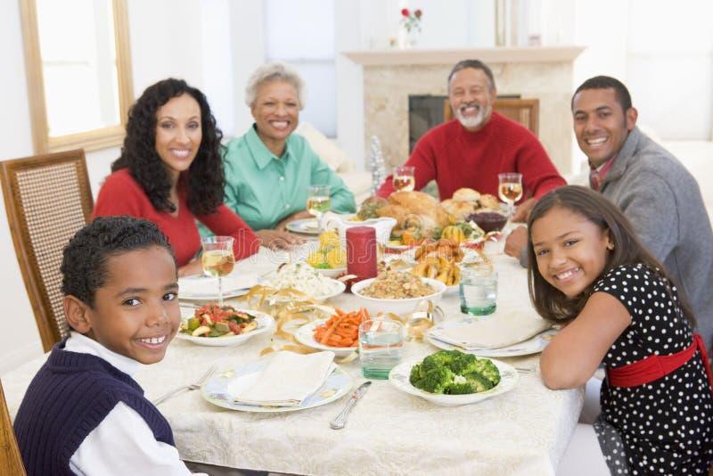 όλη η οικογένεια γευμάτων Χριστουγέννων από κοινού
