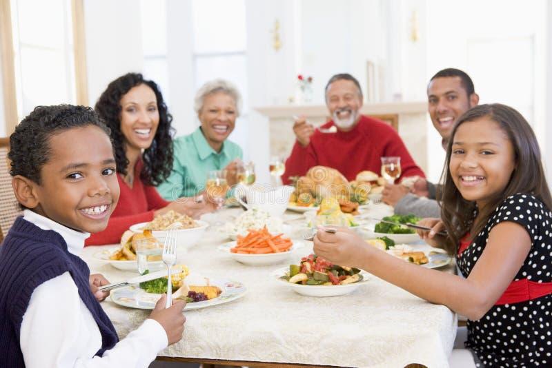 όλη η οικογένεια γευμάτω& στοκ εικόνα