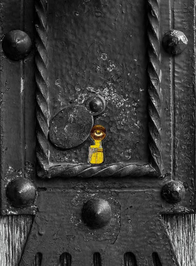Όλος που βλέπει το μάτι κρυφοκοιτάζει από keylock στοκ εικόνες με δικαίωμα ελεύθερης χρήσης