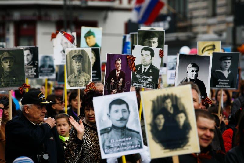 """Όλος-ρωσική δράση """"αθάνατο σύνταγμα """", χρονομετρημένος στην ημέρα νίκης στις 9 Μαΐου στο Βλαδιβοστόκ στοκ εικόνες"""